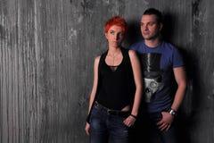 Homme sexy et femme faisant une séance photos de mode dans un studio professionnel Photo stock