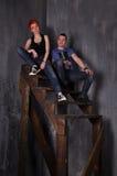 Homme sexy et femme faisant une séance photos de mode dans un studio professionnel Photos libres de droits