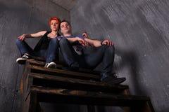 Homme sexy et femme faisant une séance photos de mode dans un studio professionnel Photos stock