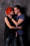 Homme sexy et femme faisant une séance photos de mode dans un studio professionnel Photographie stock libre de droits