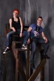 Homme sexy et femme faisant une séance photos de mode dans un studio professionnel Image libre de droits