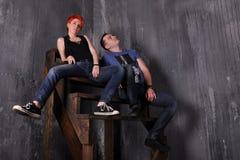 Homme sexy et femme faisant une séance photos de mode dans un studio professionnel Photo libre de droits