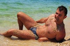 Homme sexy à la plage Photo stock