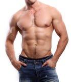 Homme sexy sportif posant dans le gymnase Image libre de droits