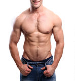 Homme sexy sportif posant dans le gymnase Photo stock
