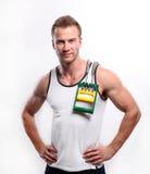 Homme sexy sportif posant dans le gymnase Photographie stock libre de droits