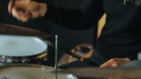 Homme Shadeless jouant sur les tambours et les plats de tambour, côté-vue de la répétition de tambour banque de vidéos