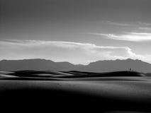Homme silhouetté contre la montagne Images stock