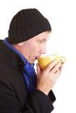 Homme sirotant sur la cuvette de café Photos stock