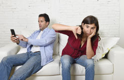Homme social d'intoxiqué de réseau à l'aide du téléphone portable ignorant le renversement d'épouse ou d'amie et fâché photographie stock libre de droits