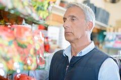Homme sombre dans la boutique images stock