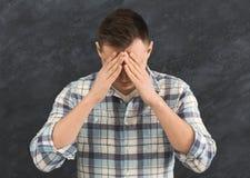 Homme sombre triste couvrant son visage images libres de droits