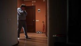 Homme somnolent allant à la salle de bains clips vidéos