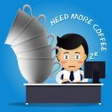 Homme somnolent travaillant à l'ordinateur et à beaucoup de grandes tasses de café Image stock