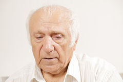 Homme songeur aîné dans la chemise blanche Photos stock