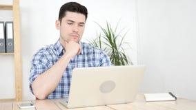 Homme songeur pensant et travaillant dans son bureau images stock