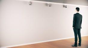 Homme songeur regardant le mur photos stock