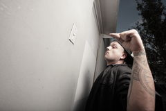 Homme sonnant la cloche d'entrepôt Image libre de droits