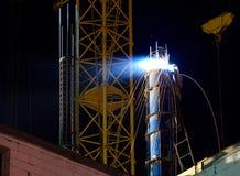 Homme soudant le toit la nuit photo libre de droits