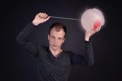 Homme soufflant un ballon d'eau Photo stock