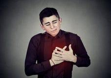 Homme souffrant de la douleur thoracique pointue de chagrin d'amour Maladie cardiaque Image stock