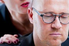 Homme souffrant un harcèlement par une femme Image stock
