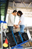 Homme soulageant l'aéroport d'amie Images libres de droits