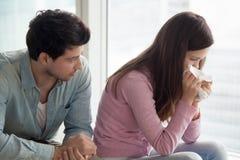 Homme soulageant la femme bouleversée pleurant, type jeune l pleurant de consolation photographie stock