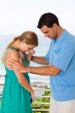 Homme soulageant la femme pleurante Images libres de droits