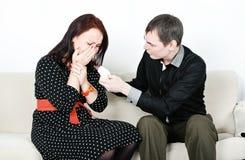 Homme soulageant son homme pleurant Photographie stock