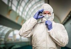 Homme soumis à une contrainte avec l'expression intense portant la tenue de protection de HAZMAT images libres de droits