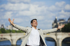 Homme souriant avec son bras tendu Photo libre de droits