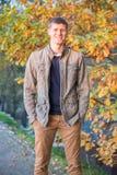 Homme souriant dans la chute Image libre de droits
