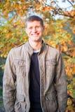 Homme souriant dans la chute images libres de droits