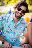Homme souriant en parc Photographie stock libre de droits