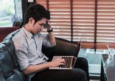 Homme sous beaucoup d'effort utilisant l'ordinateur portable en café photos libres de droits