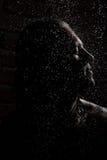 Homme sous la pluie Images libres de droits