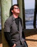 Homme sous le pilier Photographie stock libre de droits