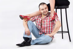 Homme sous les jambes des femmes Photographie stock libre de droits