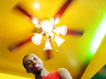 Homme sous une lumière de rotation Photo libre de droits