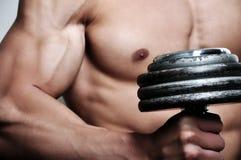 Homme sportif avec le poids Photographie stock libre de droits