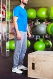 Homme sportif avec le visage intense et barbe portant un shir bleu de pièce en t photos stock