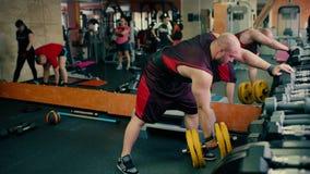 Homme sportif avec une barbe dans un fonctionnement de gymnase clips vidéos