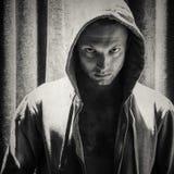 Homme sportif dans le capot, portrait monochrome Images libres de droits