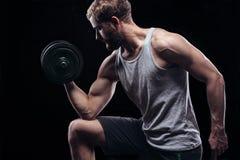 Homme sportif de puissance belle avec l'haltère Image stock