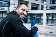 Homme sportif de sourire regarder l'appareil-photo image stock