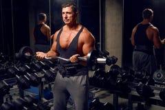 Homme sportif et adulte s'exerçant dans le gymnase Photo stock