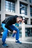 Homme sportif faisant la pause après exercice photo libre de droits
