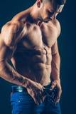 Homme sportif intense sur le fond noir À la pompe images stock