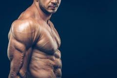 Homme sportif intense sur le fond noir photo stock